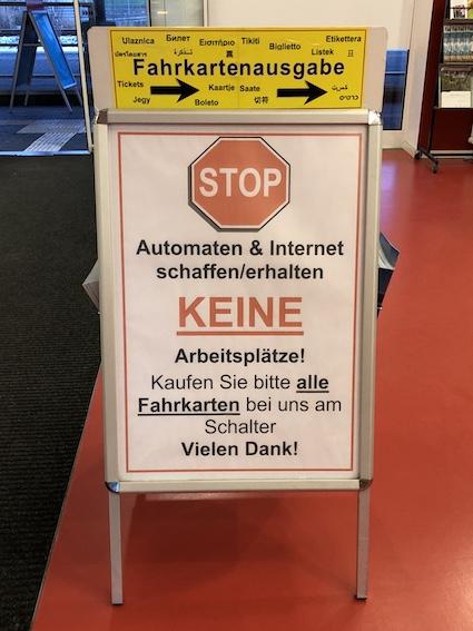 An einem Bahnhof in Deutschland im Jahre 2019